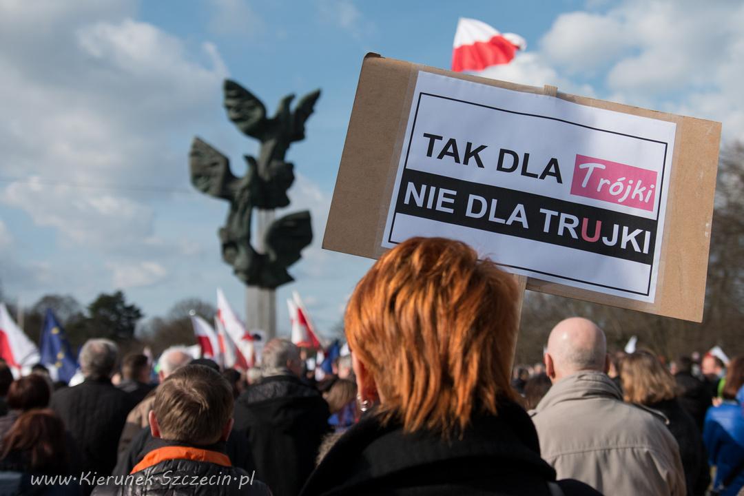 """Szczecin. FOTOREPORTAŻ. 19.03.2016. Manifestacja KODu w Szczecinie – """"Szczecin szanuje wyrok Trybunału Konstytucyjnego"""""""