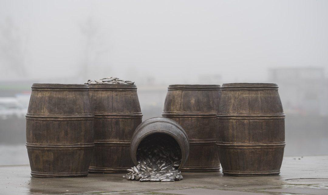 Szczecin. Pomniki. Rzeźby. Beczki pełne śledzi @ Aleja Żeglarzy, Bulwar Piastowski nad Odrą