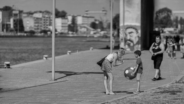 Fotografia. Szczecin na co dzień 16.08.2020. Matka, syn i marzenia o futbolu