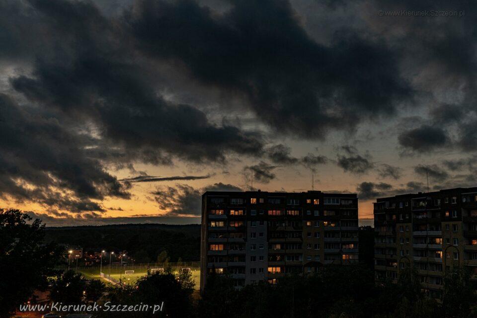 Fotografia. Szczecin na co dzień 07.10.2020. Zachód słońca nad Osiedlem Bukowym. Szczecin Prawobrzeże