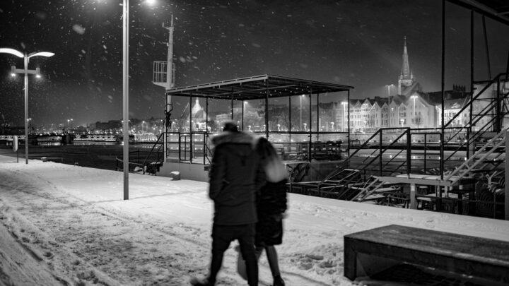 Fotografia. Szczecin na co dzień 10.02.2021. Zimowi spacerowicze na bulwarach nad Odrą w Szczecinie ;-)
