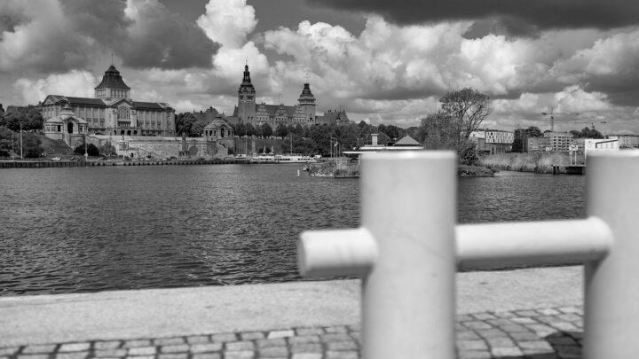 Fotografia. Szczecin na co dzień 19.05.2021. Widok na Wały Chrobrego w Szczecinie